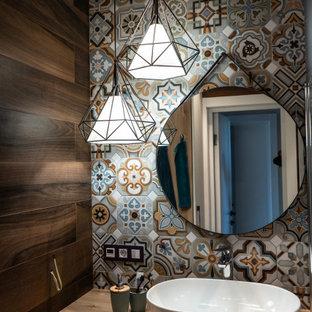 Пример оригинального дизайна: маленький туалет в современном стиле с плоскими фасадами, белыми фасадами, разноцветной плиткой, плиткой мозаикой, коричневыми стенами, настольной раковиной, столешницей из дерева, бежевой столешницей и встроенной тумбой