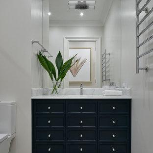 Идея дизайна: туалет среднего размера в стиле современная классика с синими фасадами, серой плиткой, мраморной столешницей, фасадами с утопленной филенкой, раздельным унитазом, врезной раковиной и серым полом