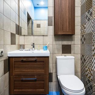 Удачное сочетание для дизайна помещения: маленький туалет в стиле современная классика с фасадами в стиле шейкер, темными деревянными фасадами, раздельным унитазом, бежевой плиткой, коричневой плиткой, синей плиткой и синим полом - самое интересное для вас