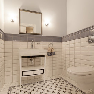 Удачное сочетание для дизайна помещения: туалет в стиле современная классика с настенным унитазом, белой плиткой, серой плиткой, плиткой кабанчик, серыми стенами, консольной раковиной и разноцветным полом - самое интересное для вас