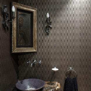 Идея дизайна: маленький туалет в стиле фьюжн с коричневыми стенами, мраморной столешницей и настольной раковиной
