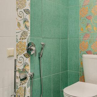 Создайте стильный интерьер: маленький туалет в современном стиле с зеленой плиткой, зелеными стенами, полом из керамической плитки и зеленым полом - последний тренд