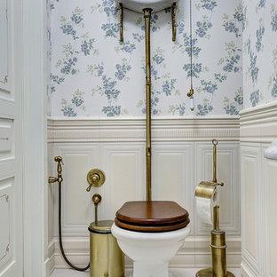 На фото: туалеты в классическом стиле с раздельным унитазом, белым полом и разноцветными стенами