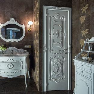 Неиссякаемый источник вдохновения для домашнего уюта: большой туалет в классическом стиле с фасадами с декоративным кантом, белыми фасадами, инсталляцией, коричневой плиткой, керамогранитной плиткой, коричневыми стенами, полом из керамогранита, врезной раковиной, мраморной столешницей, коричневым полом и белой столешницей