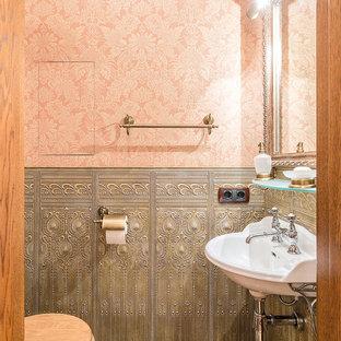 Неиссякаемый источник вдохновения для домашнего уюта: туалет в классическом стиле с подвесной раковиной