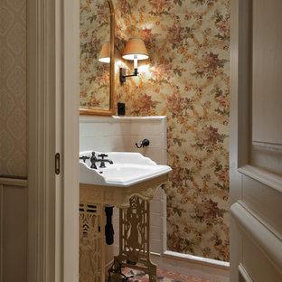 Свежая идея для дизайна: туалет в классическом стиле с белой плиткой, розовой плиткой, консольной раковиной, разноцветными стенами и разноцветным полом - отличное фото интерьера