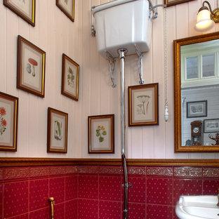 Пример оригинального дизайна: туалет в викторианском стиле с раздельным унитазом и красной плиткой