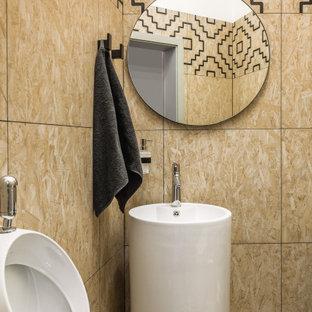 Cette photo montre un WC et toilettes tendance avec un urinoir, un carrelage beige et un sol beige.