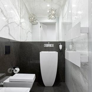 Идея дизайна: туалет в современном стиле с инсталляцией, раковиной с пьедесталом и черным полом