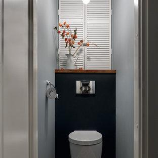 Свежая идея для дизайна: туалет в современном стиле с инсталляцией и разноцветным полом - отличное фото интерьера