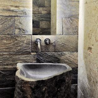 Стильный дизайн: маленький туалет в стиле рустика с серыми стенами и раковиной с пьедесталом - последний тренд