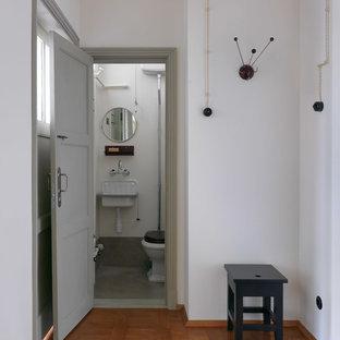 Новые идеи обустройства дома: туалет в стиле ретро с белыми стенами и подвесной раковиной