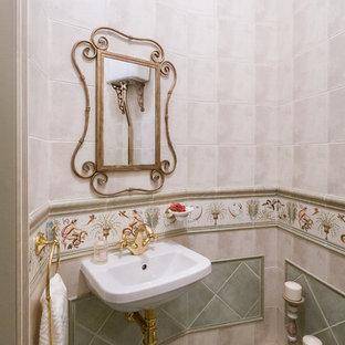 Пример оригинального дизайна интерьера: туалет в классическом стиле с бежевой плиткой, зеленой плиткой, подвесной раковиной и зеленым полом