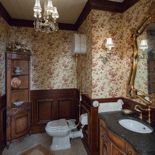 Создайте стильный интерьер: туалет в викторианском стиле с фасадами цвета дерева среднего тона, врезной раковиной, фасадами островного типа, разноцветными стенами и бежевым полом - последний тренд