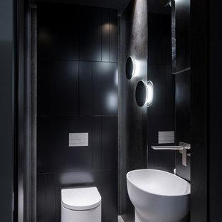 Неиссякаемый источник вдохновения для домашнего уюта: туалет в современном стиле с инсталляцией, раковиной с пьедесталом, серым полом, черной плиткой и черными стенами