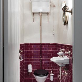 Идея дизайна: туалет в классическом стиле с раздельным унитазом, красной плиткой, плиткой кабанчик, подвесной раковиной, разноцветными стенами и бежевым полом