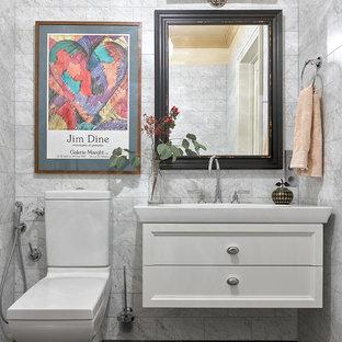 Идея дизайна: маленький туалет в классическом стиле с серыми стенами, мраморным полом, белыми фасадами, раздельным унитазом, настольной раковиной, разноцветным полом и мраморной плиткой