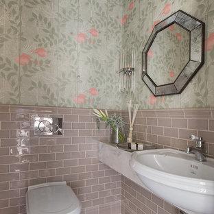 Aménagement d'un petit WC et toilettes classique avec un WC suspendu, des carreaux de céramique, un mur vert, un sol en carrelage de terre cuite, un lavabo posé, un plan de toilette en quartz modifié, un sol beige, un plan de toilette gris et un carrelage beige.