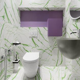 На фото: туалет в современном стиле с раздельным унитазом, белой плиткой, зеленой плиткой, подвесной раковиной и разноцветным полом с