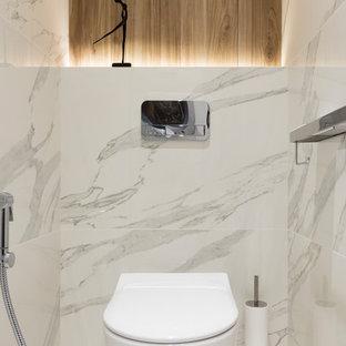 Свежая идея для дизайна: туалет в современном стиле с инсталляцией, белой плиткой и белым полом - отличное фото интерьера