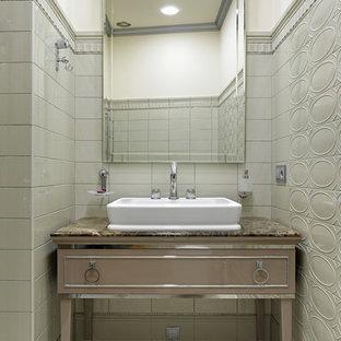 Стильный дизайн: туалет в стиле современная классика с бежевыми фасадами, серой плиткой, настольной раковиной и коричневой столешницей - последний тренд