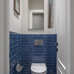 На фото: туалет в современном стиле с инсталляцией, синей плиткой, белыми стенами и разноцветным полом с