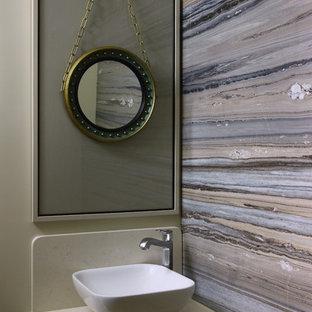 Идея дизайна: туалет среднего размера в современном стиле с бежевыми стенами и настольной раковиной