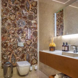 Idee per un piccolo bagno di servizio minimal con WC sospeso, piastrelle di marmo, pavimento in marmo, pavimento beige, ante lisce, piastrelle beige, piastrelle marroni, lavabo integrato e pareti beige