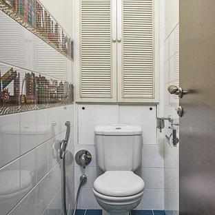 Ejemplo de aseo contemporáneo, pequeño, con suelo de baldosas de cerámica, sanitario de dos piezas, baldosas y/o azulejos blancos y suelo azul
