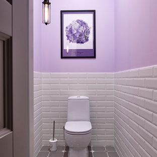 Idéer för att renovera ett skandinaviskt toalett, med vit kakel, grå kakel, tunnelbanekakel, lila väggar, en toalettstol med separat cisternkåpa och grått golv