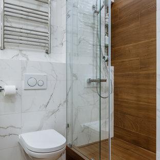 Источник вдохновения для домашнего уюта: туалет в современном стиле с столешницей из искусственного камня, инсталляцией, белой плиткой, коричневой плиткой и коричневым полом