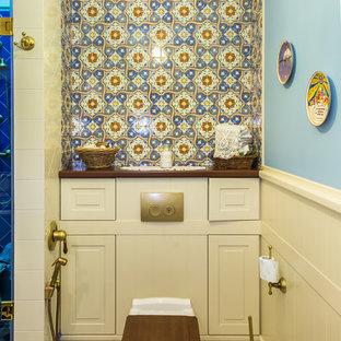 Неиссякаемый источник вдохновения для домашнего уюта: туалет в стиле фьюжн с инсталляцией, синими стенами и бежевым полом