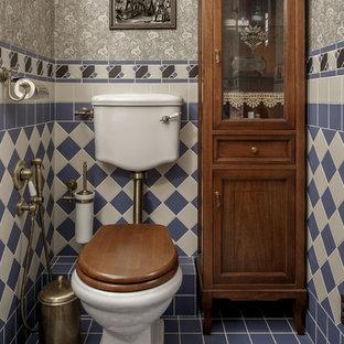Idée de décoration pour un petit WC et toilettes victorien avec un WC séparé, des carreaux de céramique, un mur gris, un sol en carrelage de céramique, un sol bleu, un carrelage beige et un carrelage bleu.
