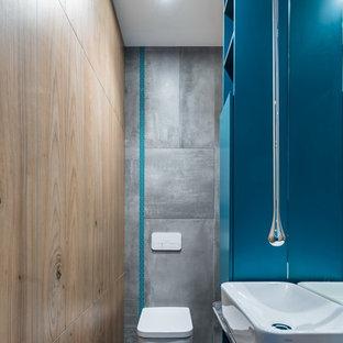 Свежая идея для дизайна: туалет в современном стиле с инсталляцией, серой плиткой, серым полом и серой столешницей - отличное фото интерьера