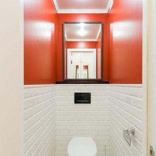 Неиссякаемый источник вдохновения для домашнего уюта: туалет в скандинавском стиле с инсталляцией, белой плиткой, плиткой кабанчик, красными стенами и белым полом