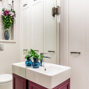 Неиссякаемый источник вдохновения для домашнего уюта: туалет среднего размера в стиле современная классика с инсталляцией, бежевыми стенами, полом из керамической плитки, серым полом, красными фасадами и накладной раковиной