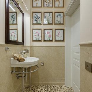 Идея дизайна: туалет в классическом стиле с бежевыми стенами, полом из мозаичной плитки, консольной раковиной и бежевым полом