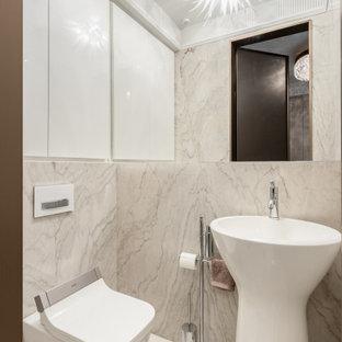 Свежая идея для дизайна: маленький туалет в современном стиле с инсталляцией, бежевой плиткой, раковиной с пьедесталом и бежевым полом - отличное фото интерьера