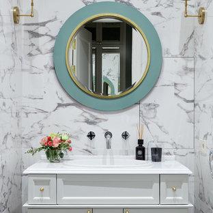 Пример оригинального дизайна: туалет в стиле современная классика с фасадами с утопленной филенкой, белыми фасадами, накладной раковиной и белой столешницей