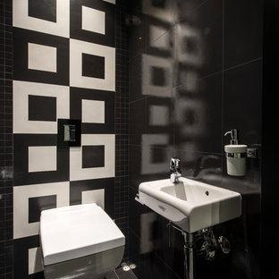 Неиссякаемый источник вдохновения для домашнего уюта: туалет в современном стиле с черно-белой плиткой, черной плиткой, подвесной раковиной и черным полом
