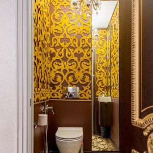 На фото: туалет в классическом стиле с инсталляцией, коричневыми стенами и коричневым полом с