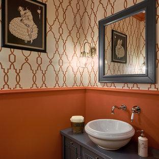 Неиссякаемый источник вдохновения для домашнего уюта: туалет в классическом стиле с фасадами с утопленной филенкой, серыми фасадами, настольной раковиной и оранжевыми стенами