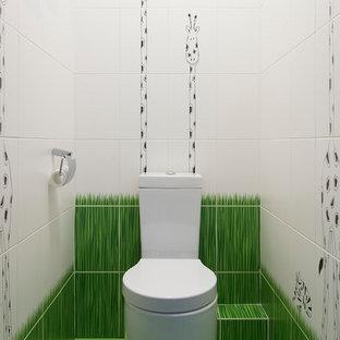 モスクワのコンテンポラリースタイルのおしゃれなトイレ・洗面所 (分離型トイレ、白いタイル、緑のタイル、緑の床) の写真