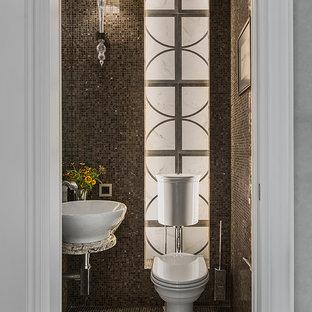 Удачное сочетание для дизайна помещения: туалет в стиле современная классика с раздельным унитазом, коричневой плиткой, плиткой мозаикой и настольной раковиной - самое интересное для вас