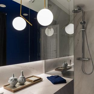 Ispirazione per un piccolo bagno di servizio scandinavo con ante bianche, WC a due pezzi, piastrelle bianche, piastrelle di marmo, pareti blu, pavimento in marmo, lavabo da incasso, top in marmo, pavimento bianco e top bianco