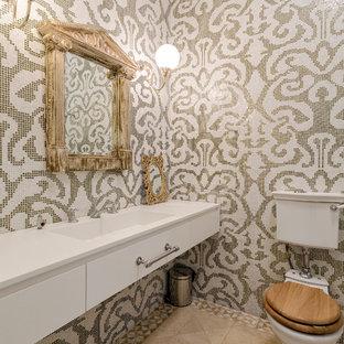 Неиссякаемый источник вдохновения для домашнего уюта: туалет в классическом стиле с плоскими фасадами, белыми фасадами, раздельным унитазом, бежевой плиткой, белой плиткой, разноцветной плиткой, плиткой мозаикой, монолитной раковиной и бежевым полом