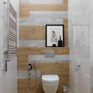 Mittelgroße Moderne Gästetoilette mit Wandtoilette, Porzellanfliesen und Porzellan-Bodenfliesen in Moskau