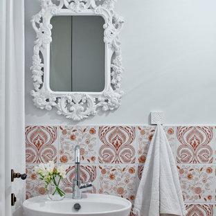 Idée de décoration pour un WC et toilettes méditerranéen avec un carrelage rose, un lavabo suspendu et un mur multicolore.