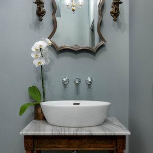 Идея дизайна: туалет в стиле неоклассика (современная классика) с фасадами островного типа, темными деревянными фасадами, серыми стенами, настольной раковиной и белой столешницей