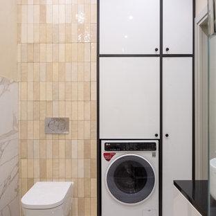 Неиссякаемый источник вдохновения для домашнего уюта: туалет в современном стиле с плоскими фасадами, белыми фасадами, инсталляцией, бежевыми стенами и бежевой столешницей